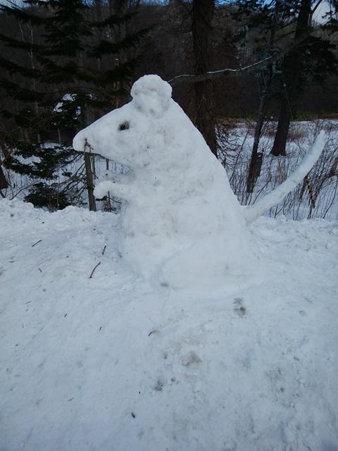 とってもかわいいねずみの雪像を見つけました。