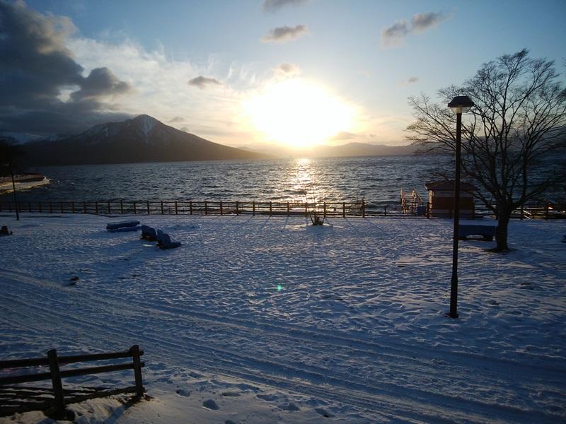 冬景色に夕日が美しく映っています。