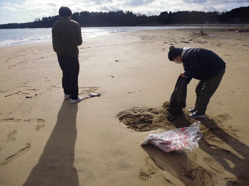 海岸清掃を行いました