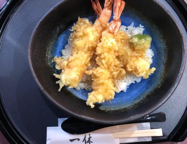 ぷりっぷりの大きな海老天丼!