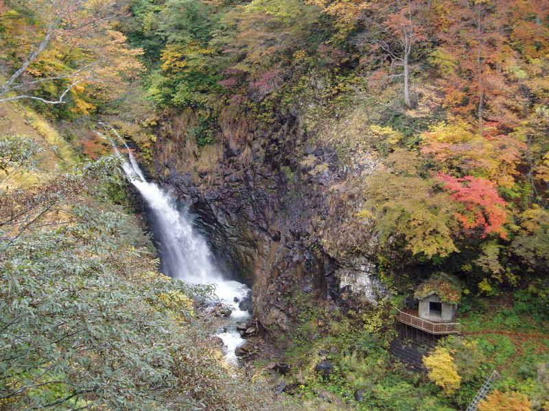 秋の不動滝・・紅葉の季節は10月中旬