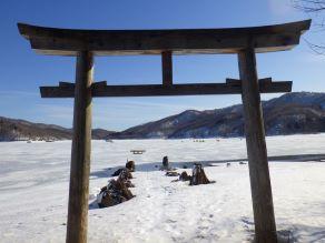 磐梯山噴火の前と後 ~なぜ湖中に鳥居が・・・