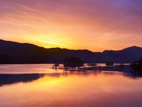 朝日を見るならここだ!!     朝焼け色に染まる湖面