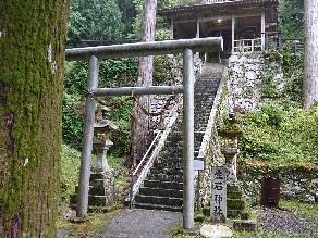神の化身?岩を祀る荘厳な神社