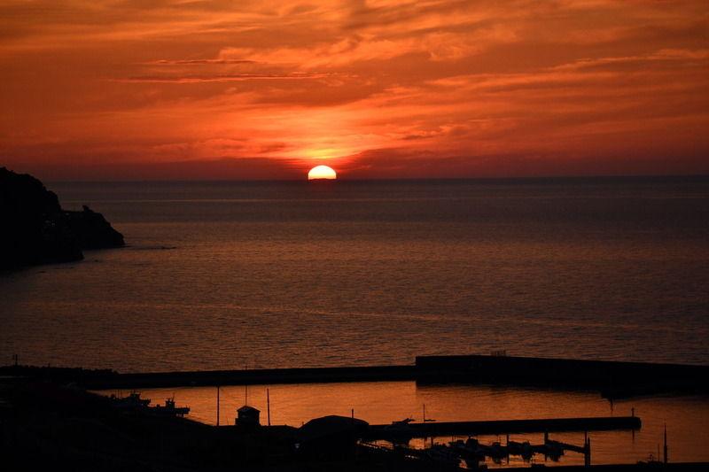 夏の空に沈む夕日