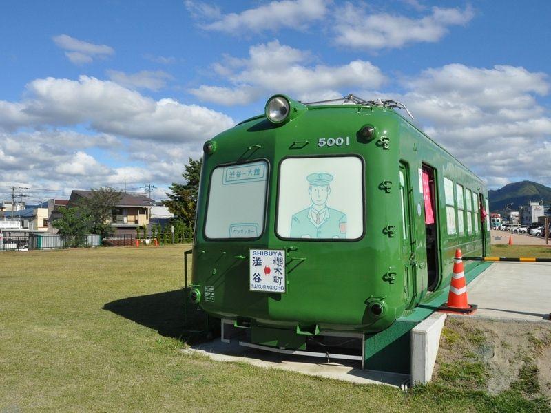 秋田犬と緑の電車